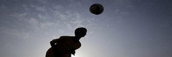 chicos-jugando-futbol