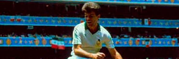 Aguirre saltando por un balón dividido en el Mundial de México'86.