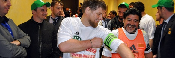 Ramzán Kadýrov bromea con Diego Armando Maradona.