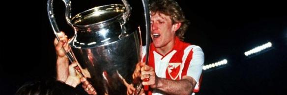 robert-prosine-ki-con-la-copa-de-europa-que-gano-con-el-estrella-roja-en-1991