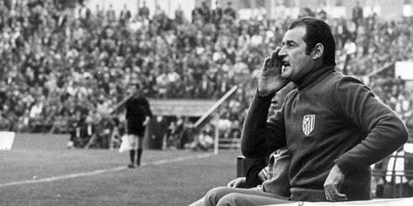 ATLETICO DE MADRID 70 ALFREDO/ARCHIVO MARCA | MARCA MARCEL DOMINGO (D) El entrenador del Atlético de Madrid (d) grita a sus jugadores desde el foso del banquillo.
